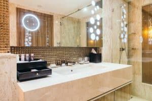How to Decorate the Bathroom Walls with Mirrors
