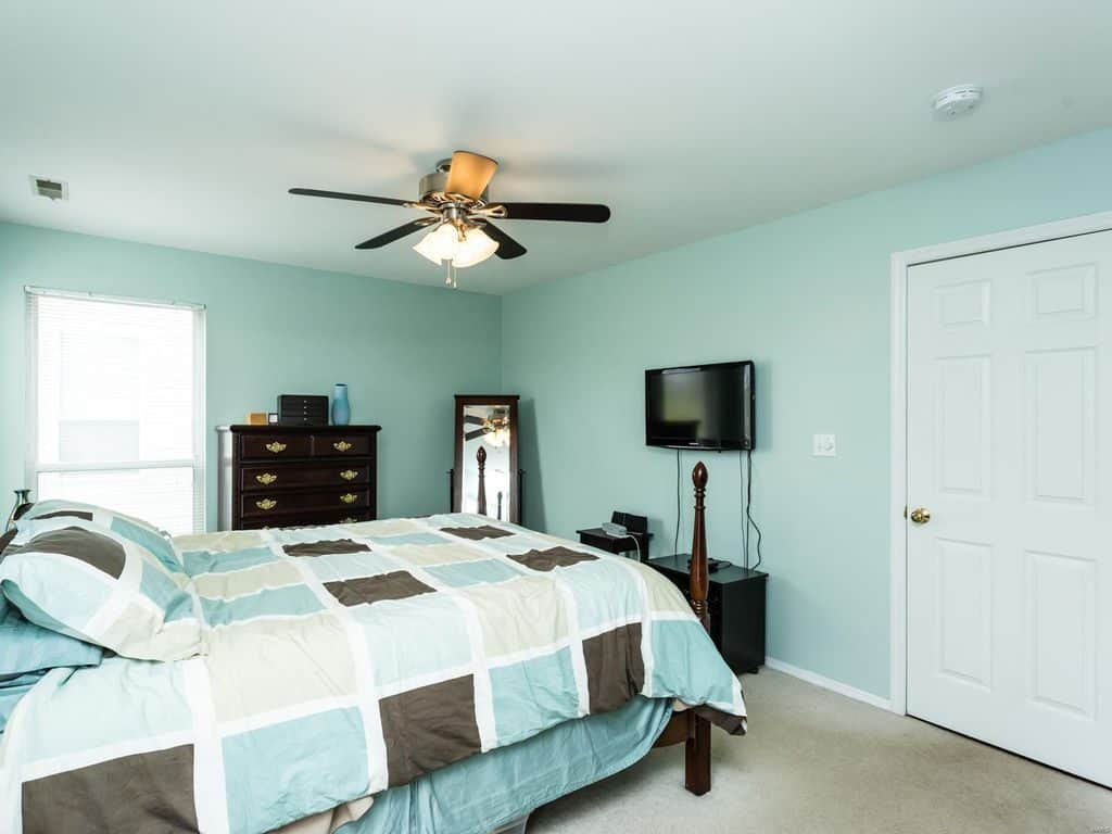 Teal and White Bedroom | Article by HomeDecorBliss.com