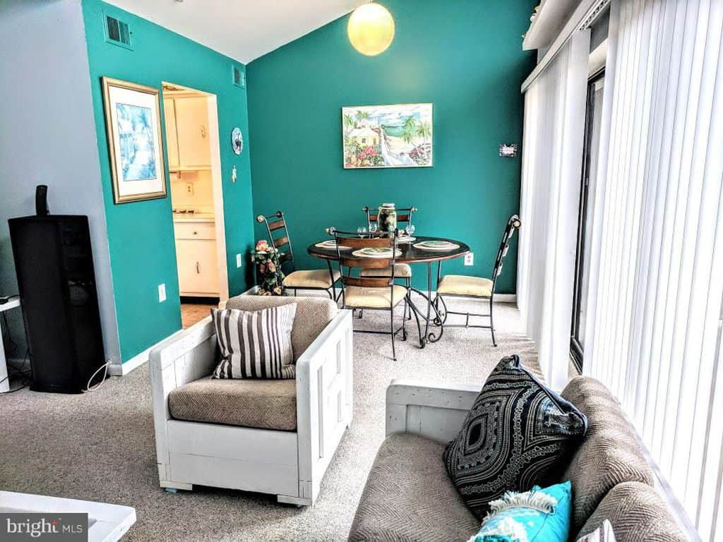 Teal Living Room Ideas | Article by HomeDecorBliss.com