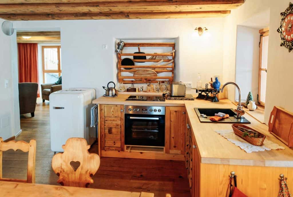 Clean-look farmhouse kitchen with a vintage reference