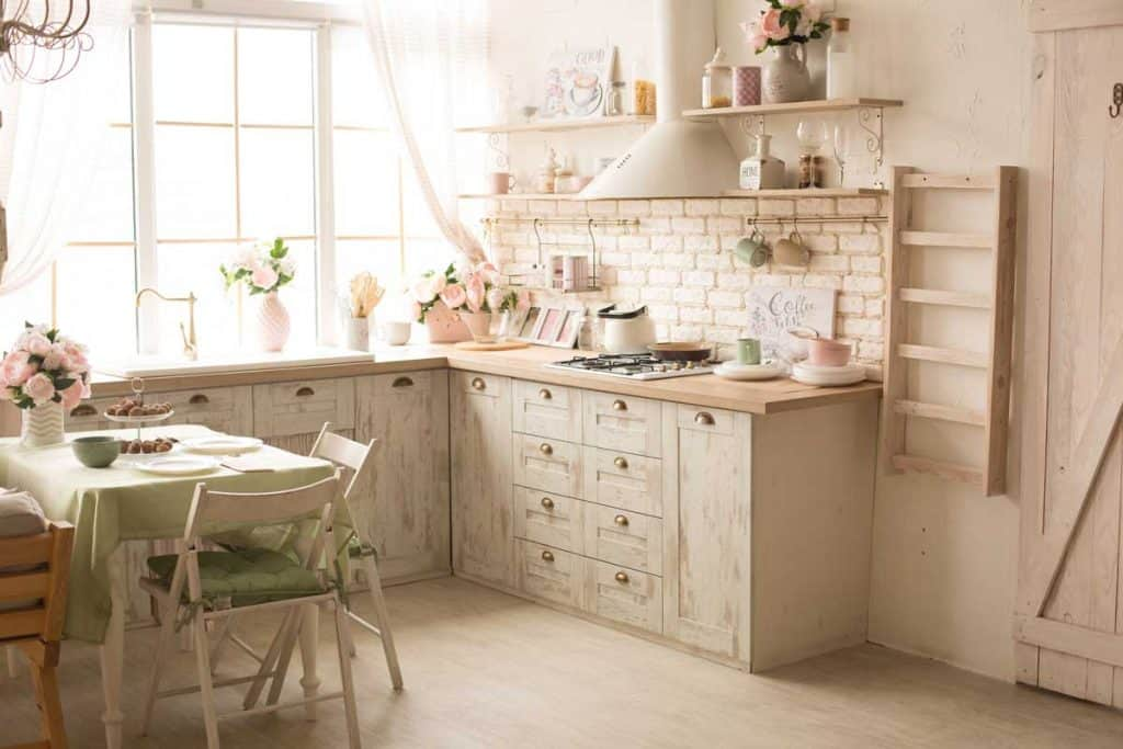 Rustic kitchen with feminine fresh colors and a shabby chic touch