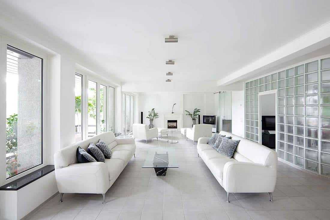 A picture of a modern white decorated living room
