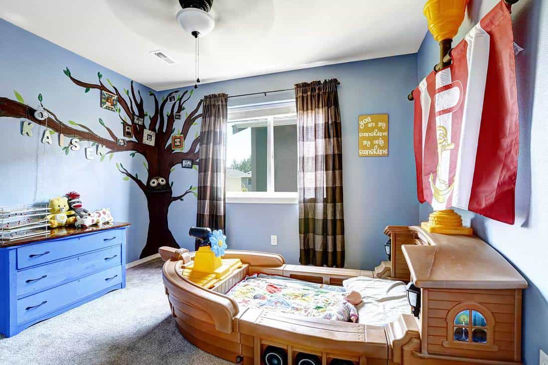 Cheerful-kids-room-with-boat-bed