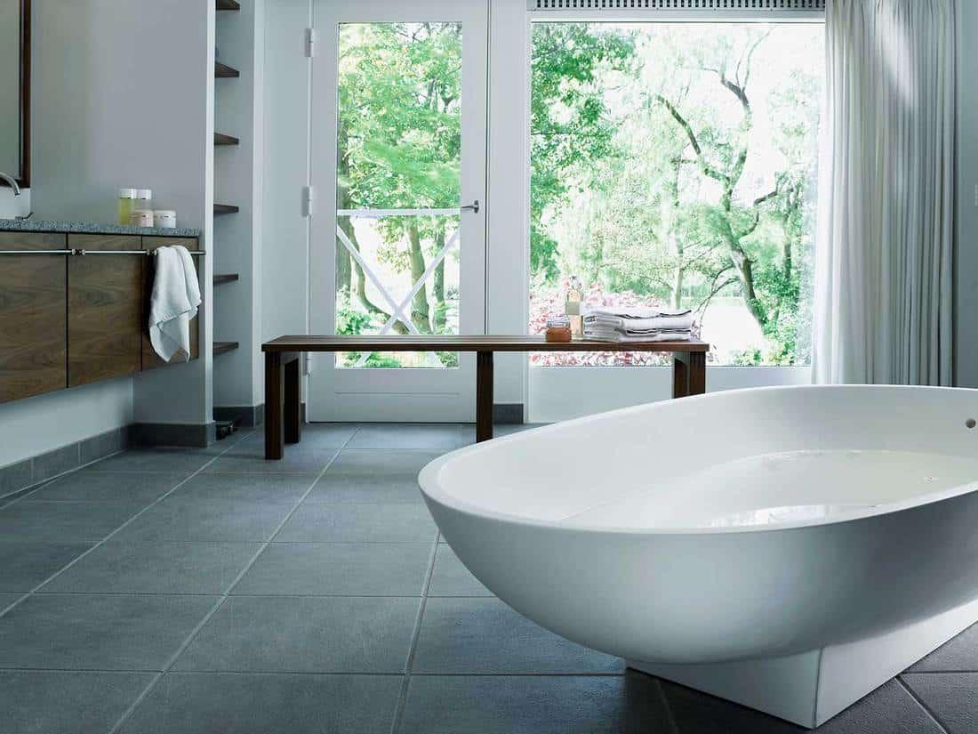 Free standing bathtub in corian