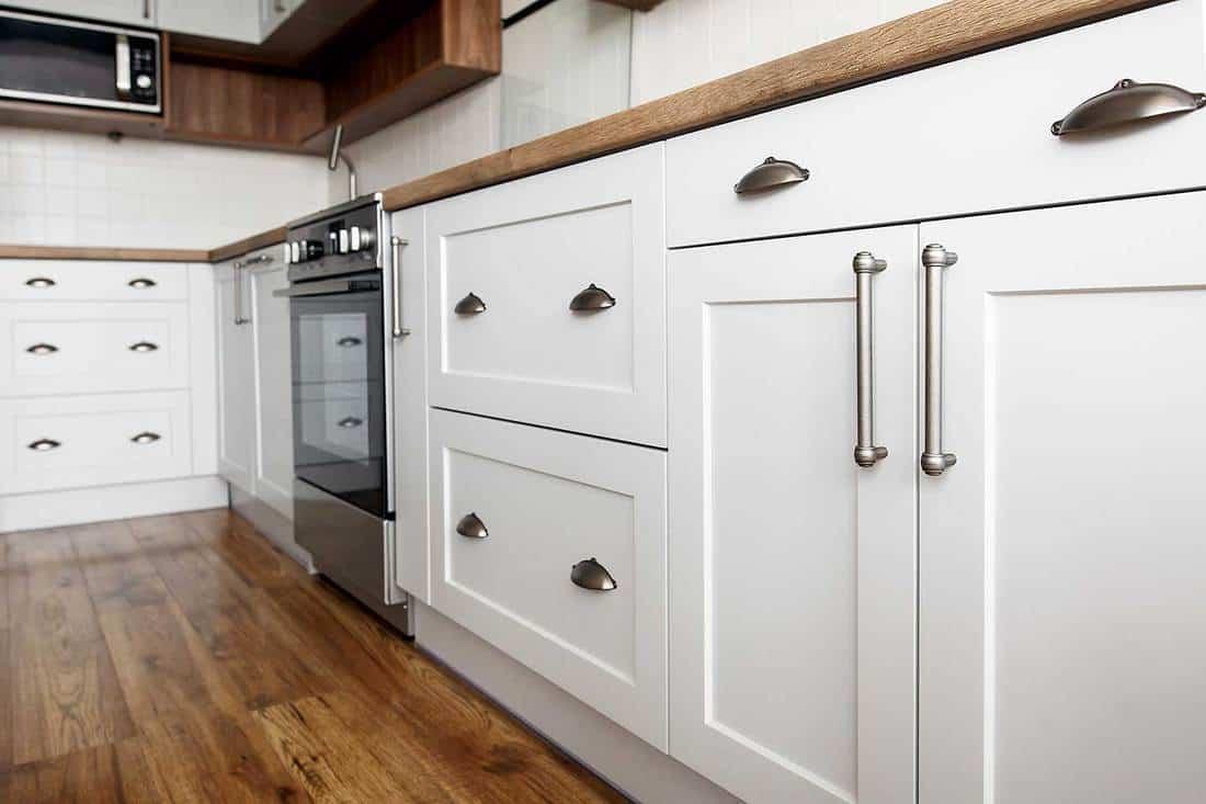 Kitchen design in scandinavian style wih stainless steel appliance