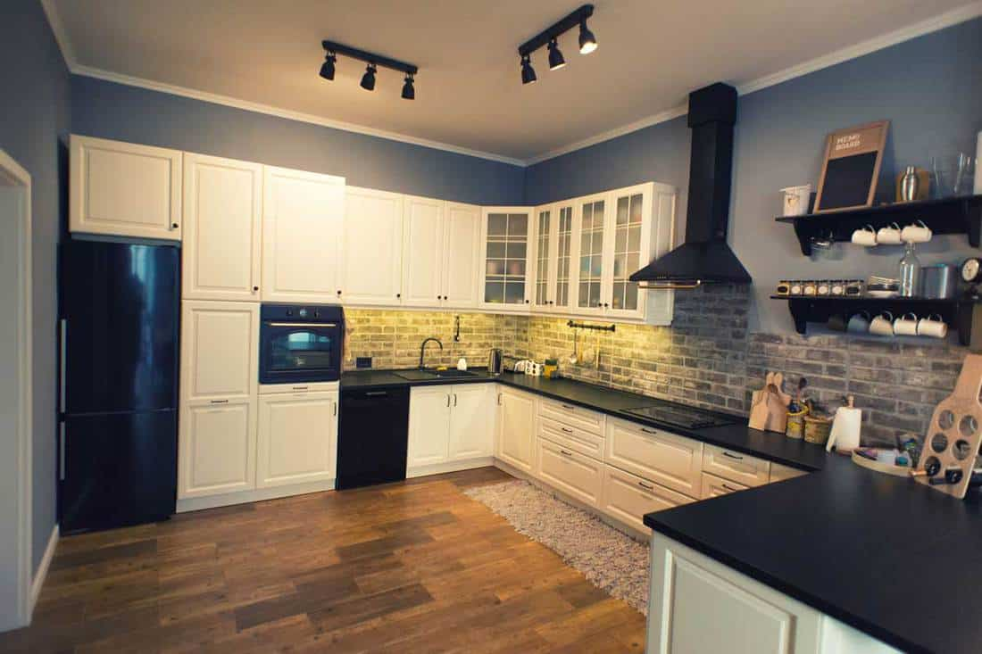 Modern and luxurious domestic kitchen with a clean design.