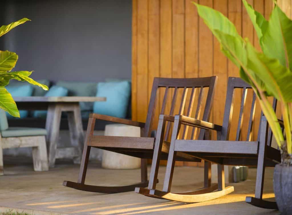 Dwa drewniane fotele bujane na ganku