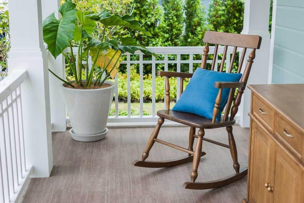 Drewniany bujany fotel na frontowej werandzie