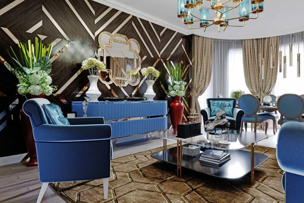 Ayna ve mavi döşemeli mobilyalara sahip koyu ahşap panelli bir duvar