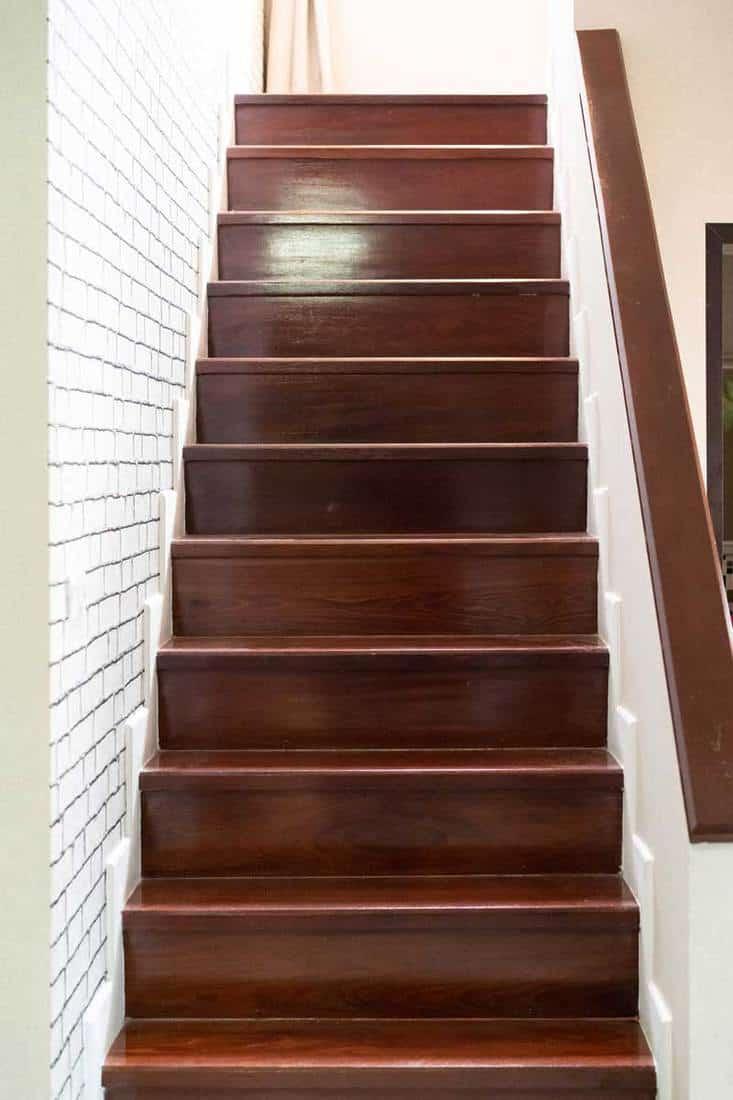 Evin içinde klasik ahşap basamaklı merdiven