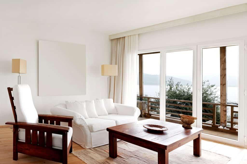 Tasarıma rustik bir yaklaşım ve bir gölün panoramik manzarası için büyük bir pencere ile modern göl evi