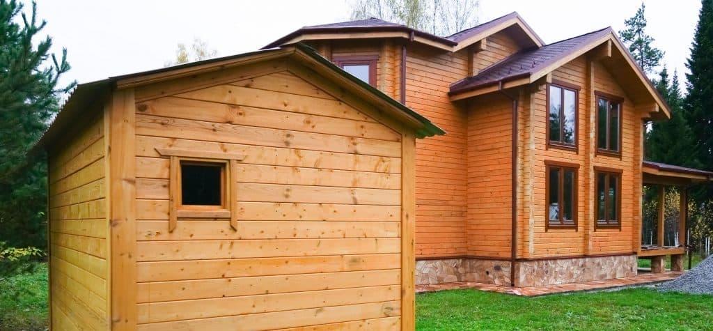 A gorgeous two storey house with oak sidings, asphalt singles, and a shack with oak sidings