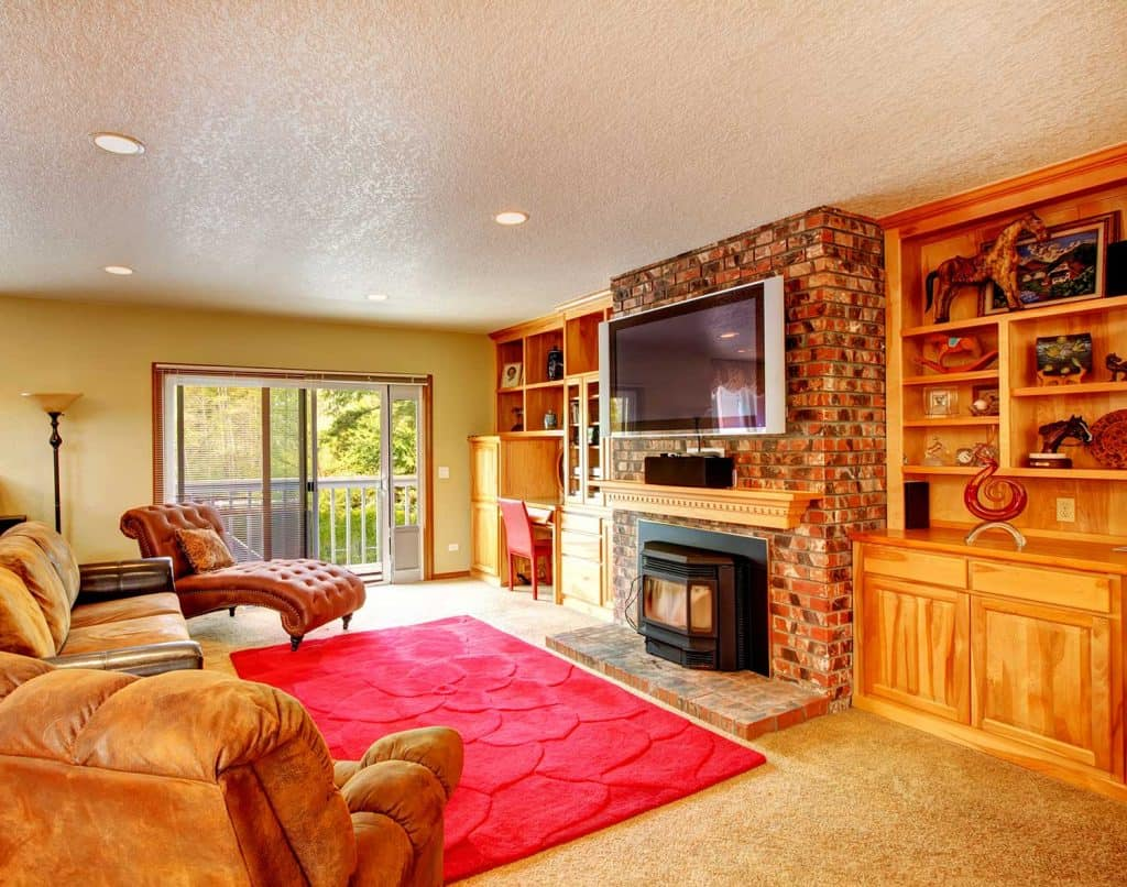 Country style iving room with walkout deck