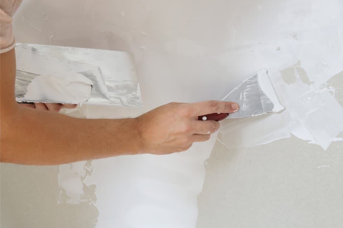 Process of plastering wall with putty-knife