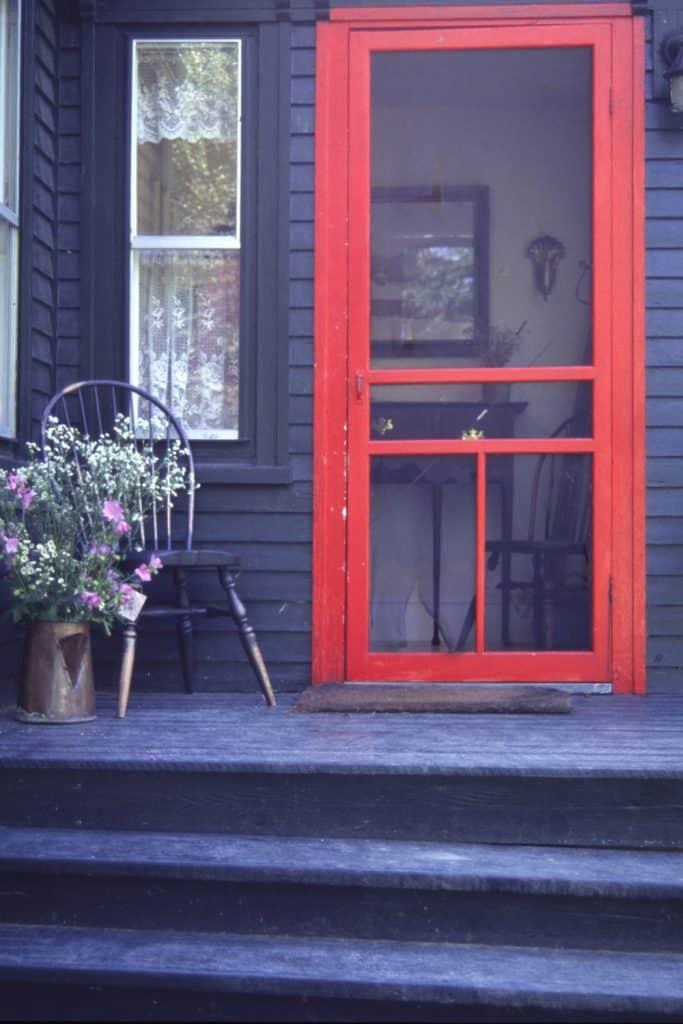 A red screen door
