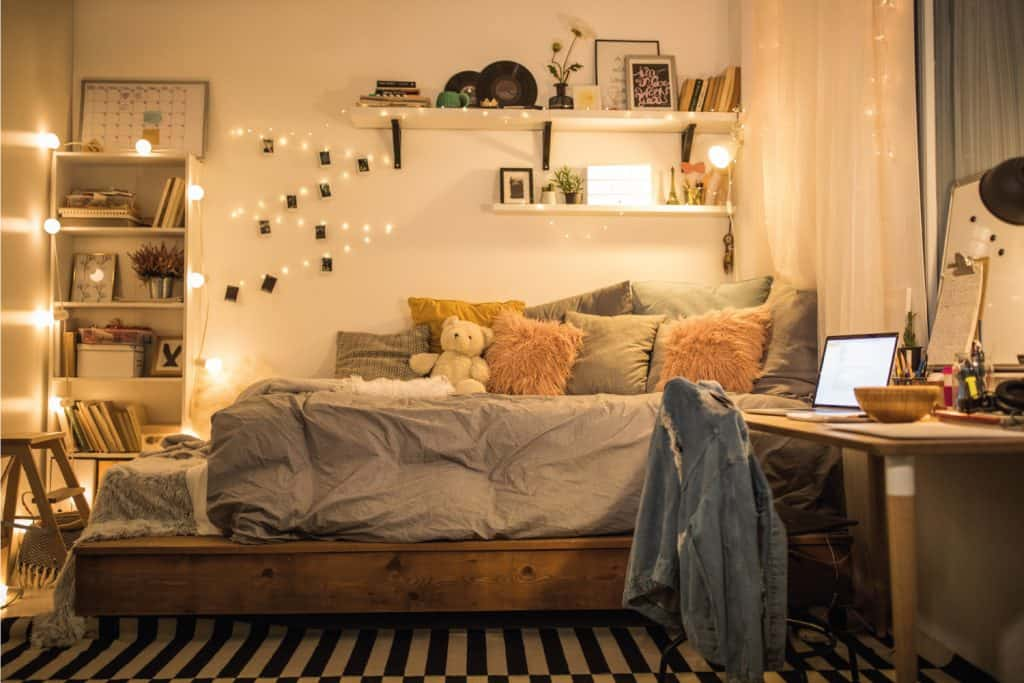 Teen bedroom nicely arranged, cozy and warm idea