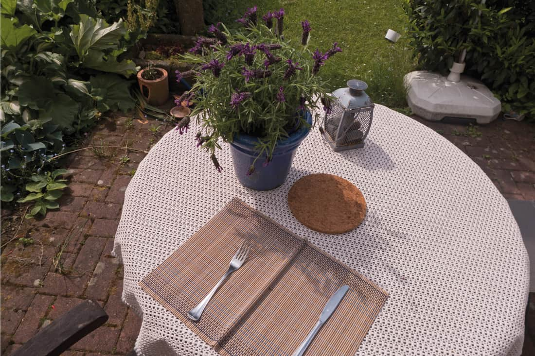 Outdoor dining round table with table cloth and placemat, What Are The Best Placemats For A Round Table?