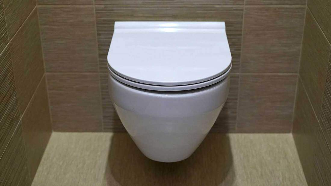 Closed toilet mounted on wall