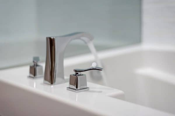 Read more about the article 12 Types Of Bathtub Faucets [And Faucet Handles]
