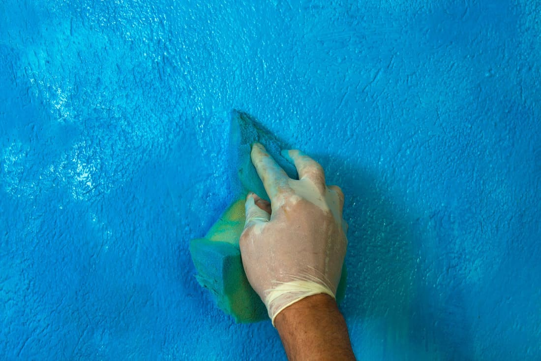 Cleaning flat painted wall using sponge