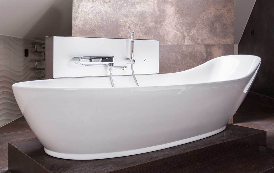 High-gloss white bathtub