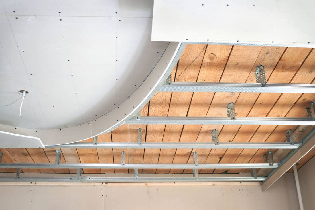 Suspended ceiling, consisting of plasterboard, 3 Types Of Suspended And Drop Ceilings