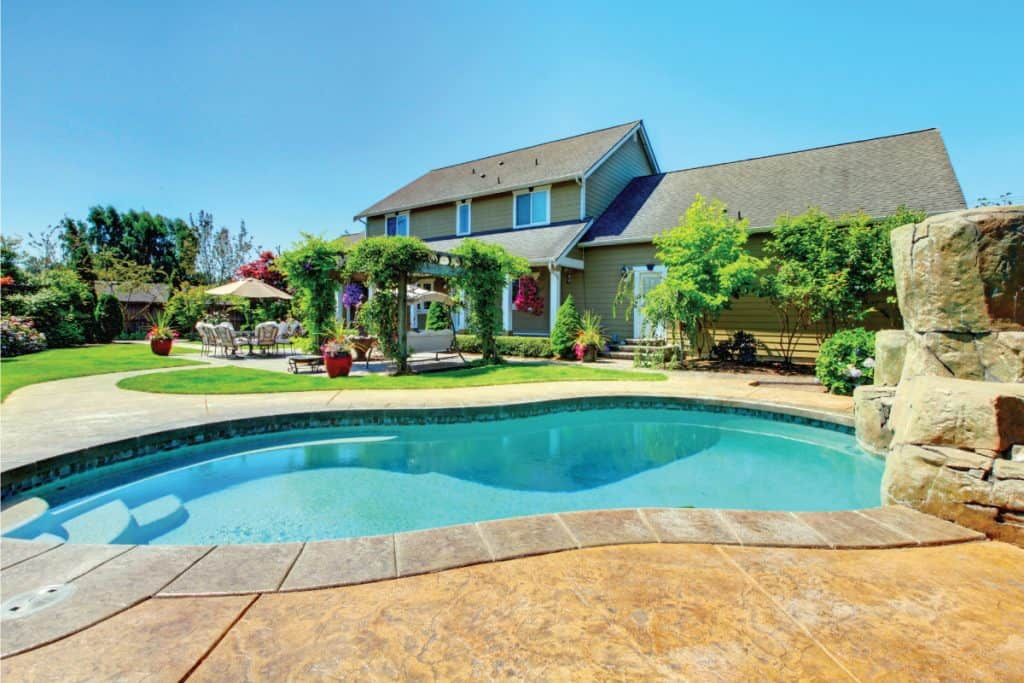 clean and clear swimming pool in a country side home. How Much Bleach Do You Add To Your Pool