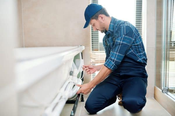Do Plumbers Install And Replace Bathtubs?