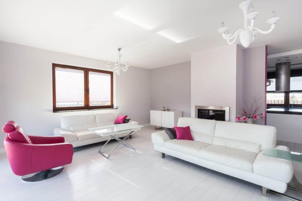 Vibrant cottage - modern living room with pink armchair