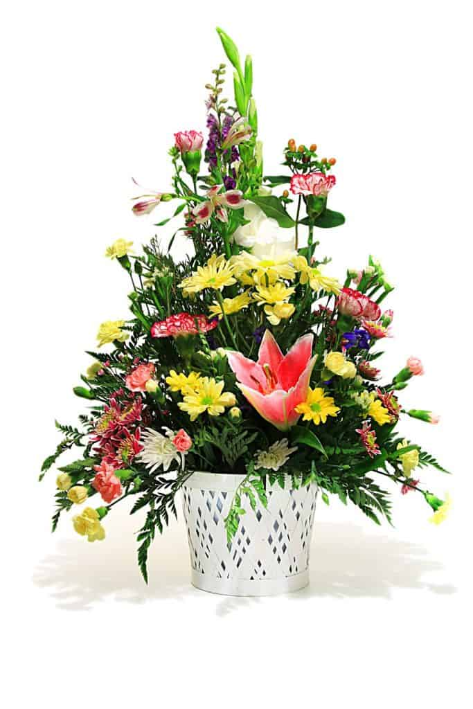 A centerpiece bouquet with margaritas and leaves for decoration