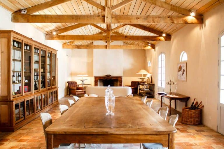 Home interior with roof beams, What Color Should Ceiling Beams Be?