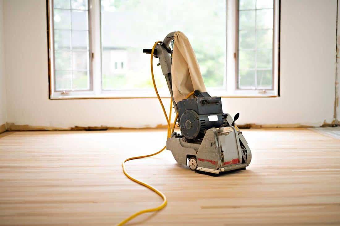 Sanding hardwood floor with grinding machine tool