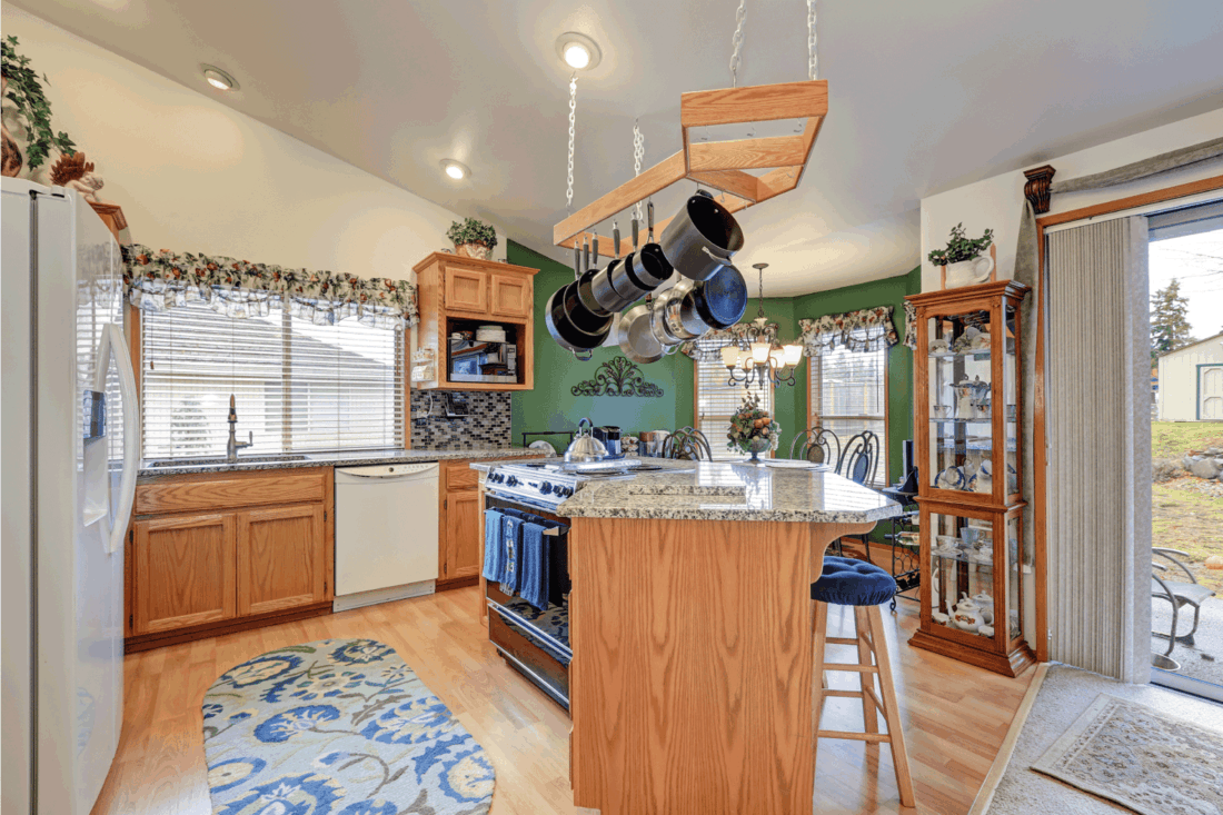 Bright colorful rambler kitchen room design, simple and sleek
